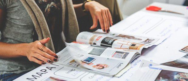 Kobieta przeglądająca gazetę