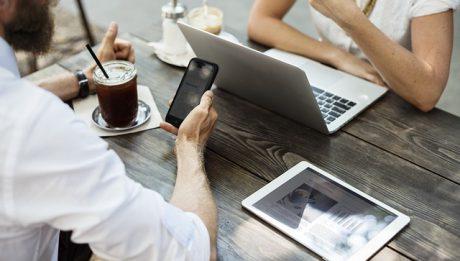 Prawa klienta podczas zawierania umowy poza lokalem i na odległość – co warto wiedzieć?