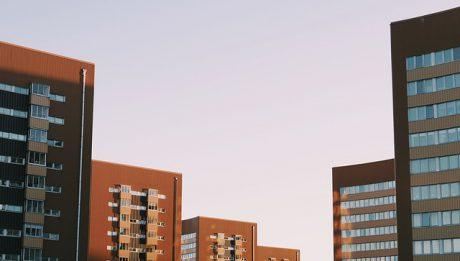 Czy sprzedawać mieszkanie przez pośrednika? Kiedy skorzystać z pomocy doradcy ds. nieruchomości?