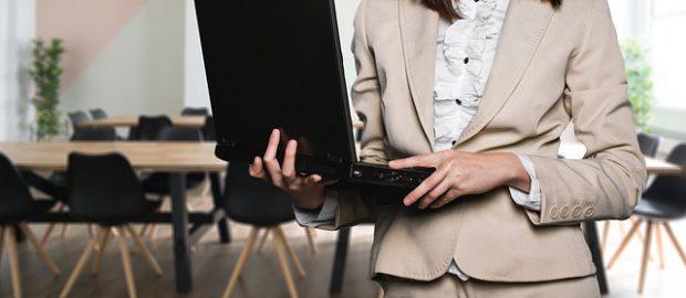 kobiet z laptopem w rękach
