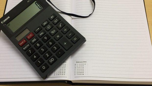 Kalkulator na kalendarzu