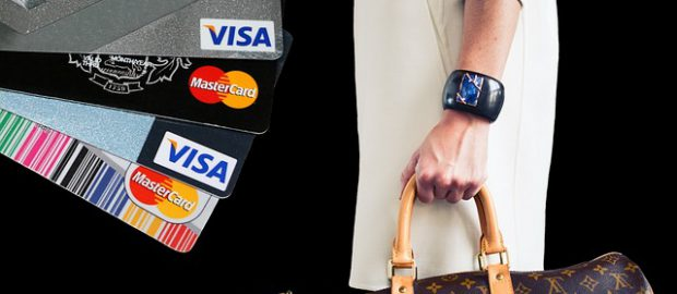 Karty kredytowe i kobieta z zakupami