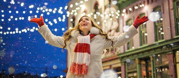 Kobieta śmieje się, a wokół śnieg