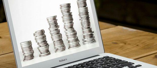 Komuter z pieniędzmi na ekranie