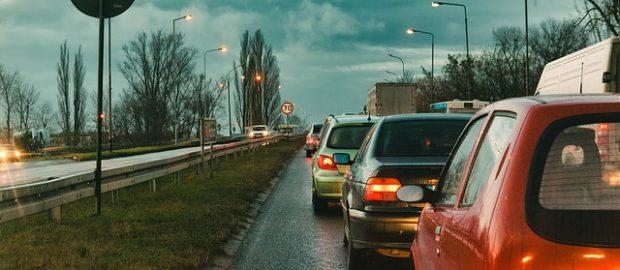 samochody stojące w korku