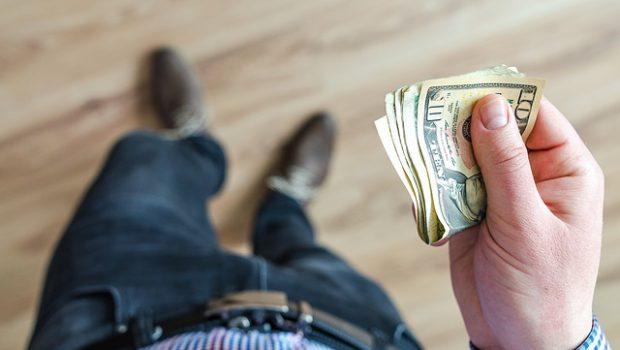 mężczyzna z banknotami w ręce