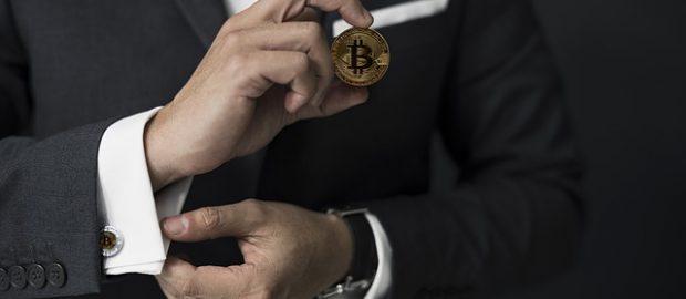 Mężczyzn trzymający bitcoina