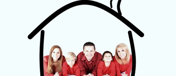 Rodzina z ubezpieczonym domem