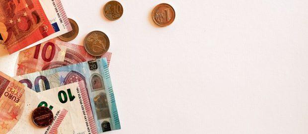 Rozsypane pieniądze i banknoty