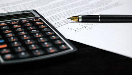Dokument do podpisania i kalkulator