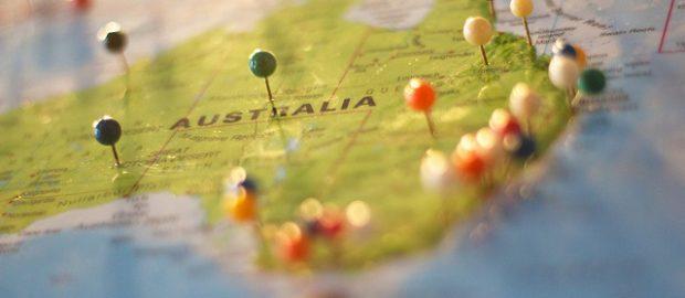 Mapa australii z wbitymi szpilkami