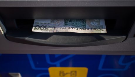 Jak bezpiecznie wypłacać pieniądze z bankomatu?
