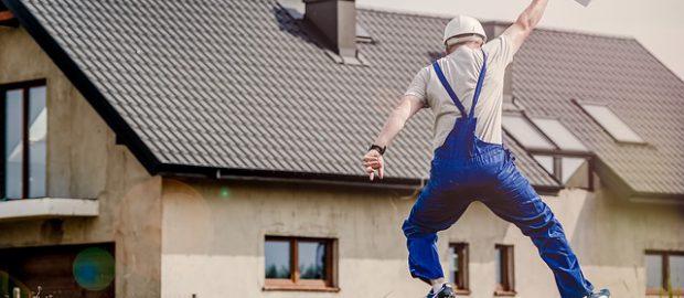 pracownik budowy na tle domu
