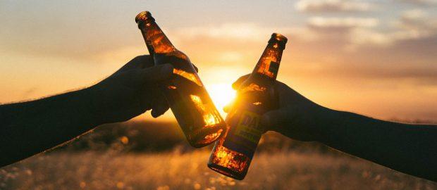 Dłonie z butelkami piwa