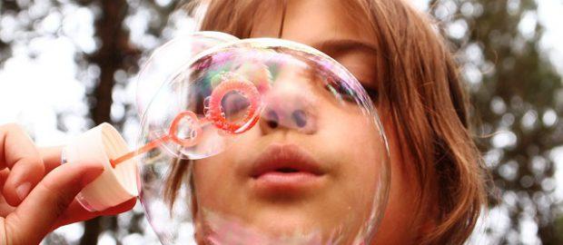 Dziecko z bańką mydlaną