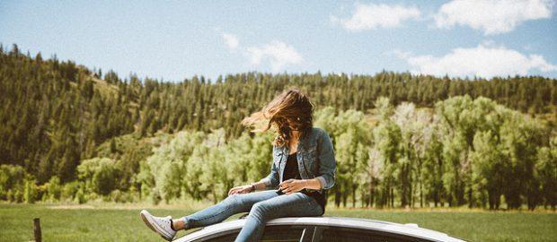 Dziewczyna na samochodzie