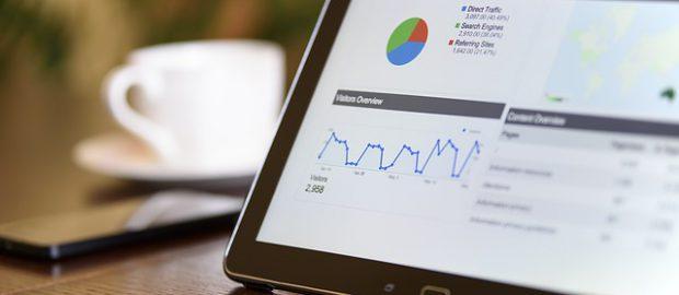 Tablet z analizą reklam