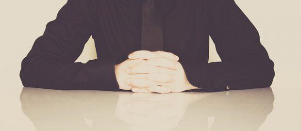 Mężczyzna w czarnej koszuli