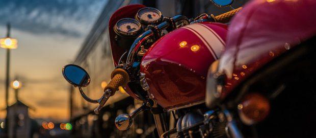 widok zza kierownicy motocykla