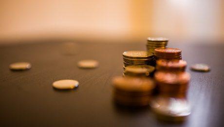 Pożyczka czy kredyt? Kiedy wybrać pożyczkę gotówkową a kiedy kredyt gotówkowy?