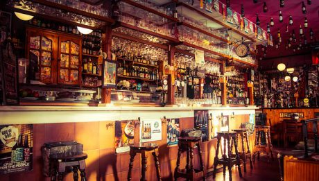 Handel alkoholem – przepisy, kto i gdzie może sprzedawać alkohol?