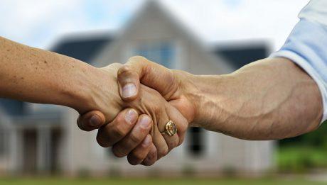 Ile kosztuje przepisanie działki budowlanej, mieszkania u notariusza? O jakich opłatach związanych z przepisaniem nieruchomości trzeba pamiętać?