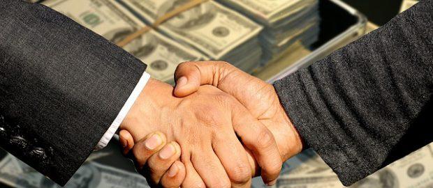 Uścisk dłoni i pieniądze