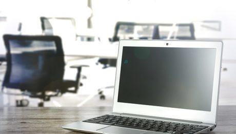 Laptop na biurku w biurze