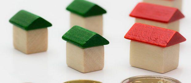 Drewniane domki i monety