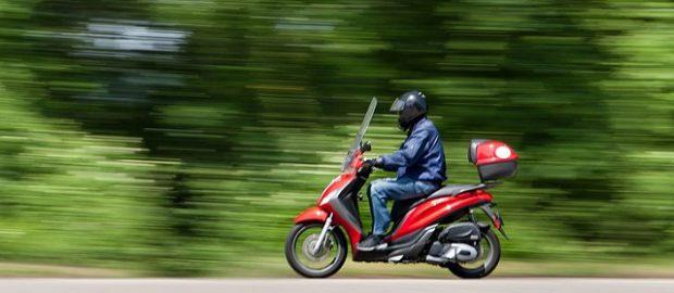 Kierowca skuteru na drodze