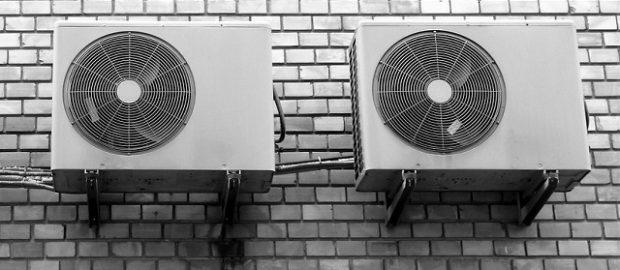 Klimatyzatory na ścianie budynku