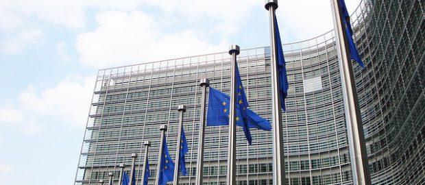 flagi przed budynkiem Komisji Europejskiej