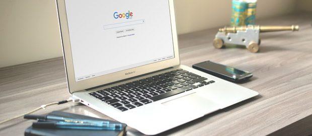 Laptop, notes na biurku