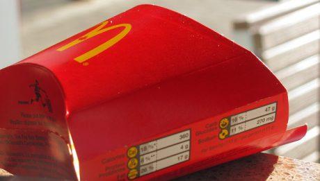 Praca w McDonald's – jakie warunki, jakie zarobki, dla kogo?