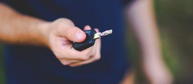 Mężczyzna trzymający kluczyki samochodowe