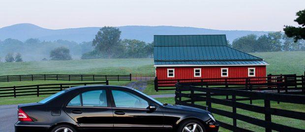 samochód na wsi