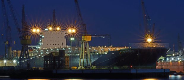 stocznia nocą