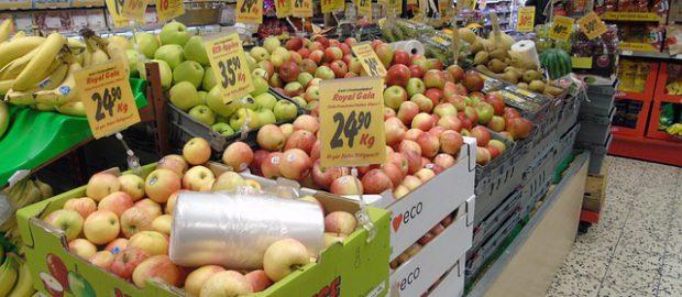 Stoisko w markecie z warzywami i owocami