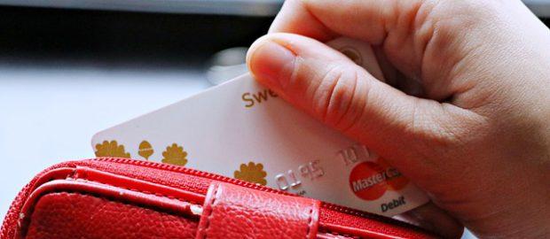 wyciąganie karty z portfela