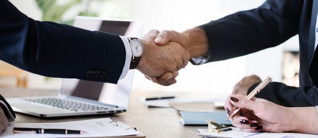 przypieczętowanie umowy uściskiem dłoni