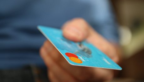 Preautoryzacja karty płatniczej – co to jest, na czym polega?