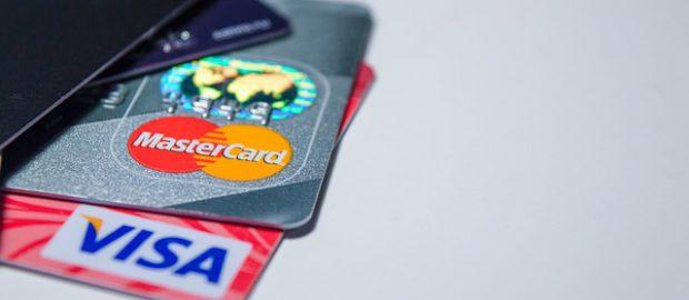 Karty płatnicze na stole