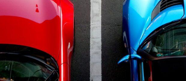 Dwa samochody stojące obok siebie
