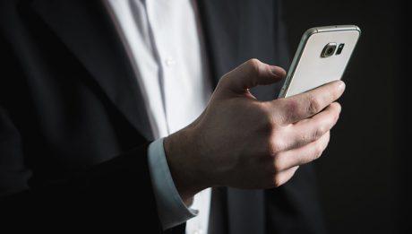 Telefon, mężczyzna w garniturze