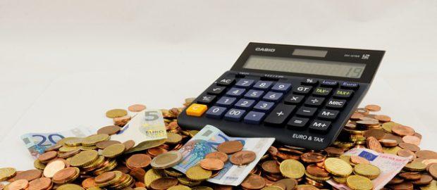 kalkulator na górze pieniędzy