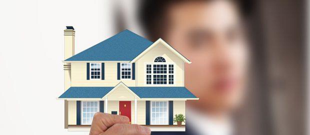 Człowiek trzymający dom
