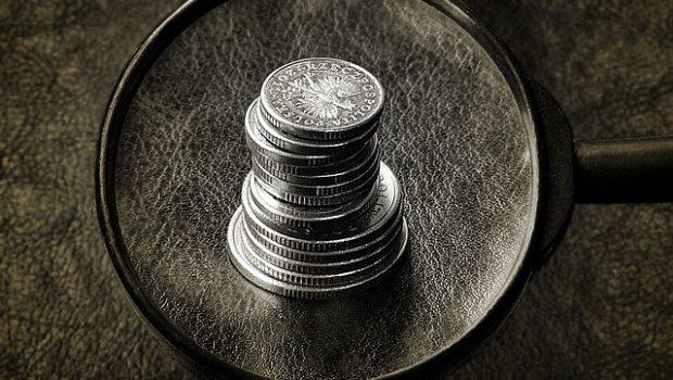 słupek monet pod lupą