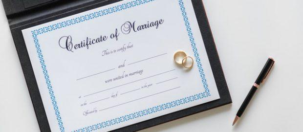 akt ślubu i obrączki