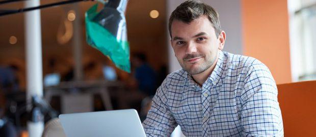 przedsiębiorca przy laptopie