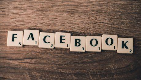 napis Facebook utworzony z kostek do gry w Scrabble